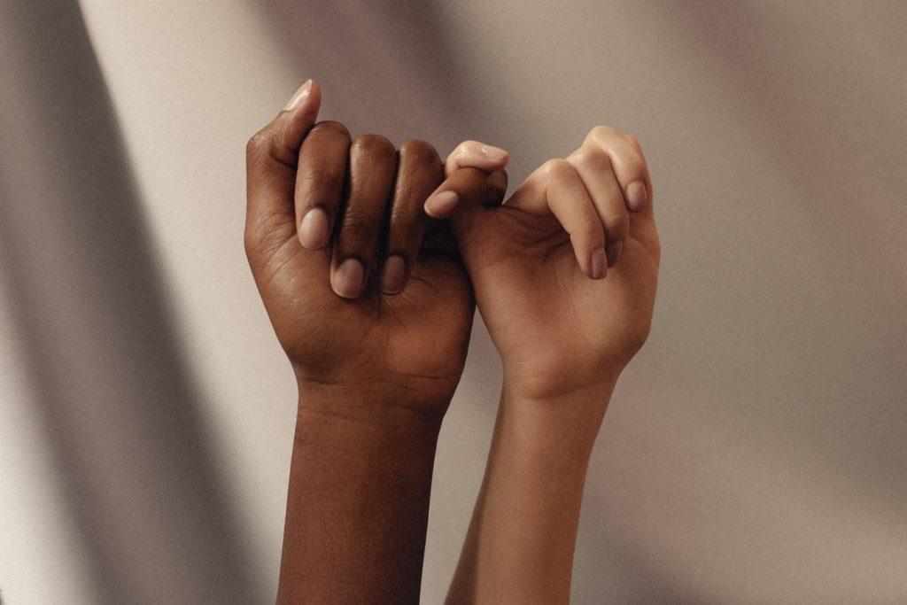 Cât de mult contează ținerea mâinilor